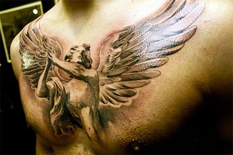 Тату ангел на груди