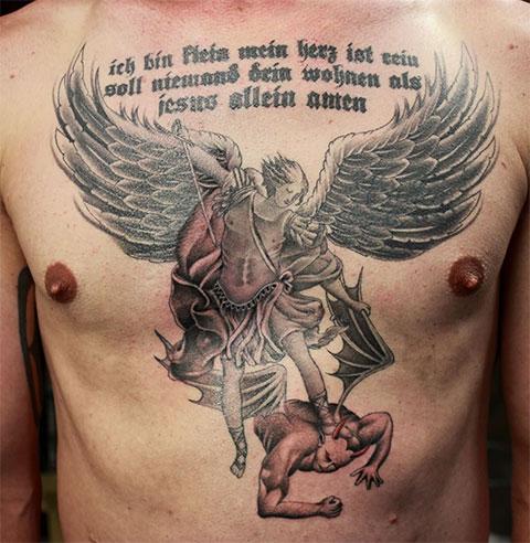 Мужская татуировка ангела и демона на груди