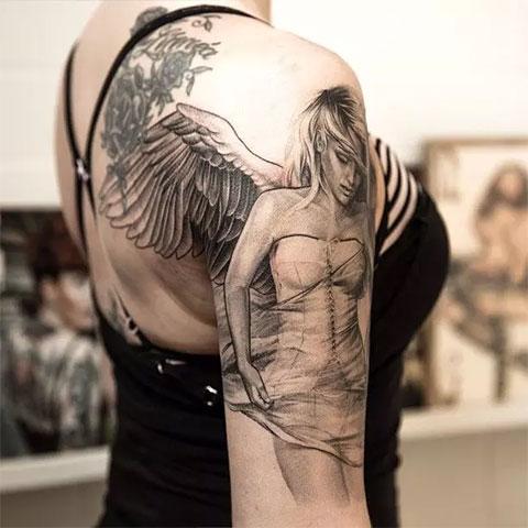 Тату ангел на руке у девушки