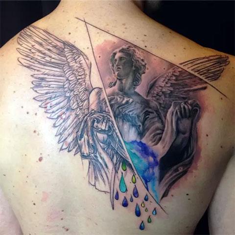 Необычная татуировка ангела на спине
