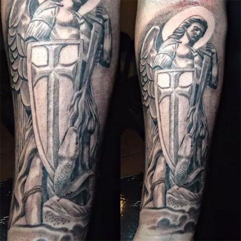 Мужская татуировка с ангелом-хранителем