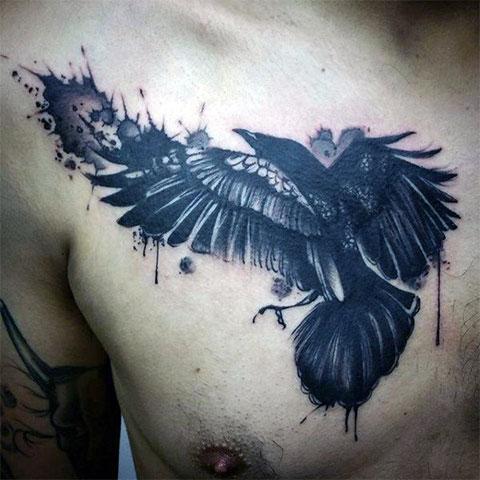 Тату ворон на груди мужчины