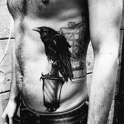 Мужская тату с вороном на боку