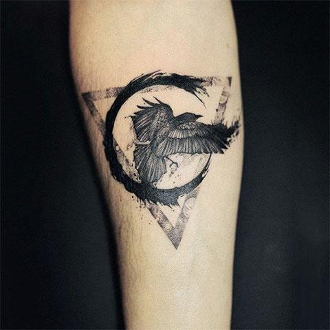 Небольшая татуировка с вороном на руке