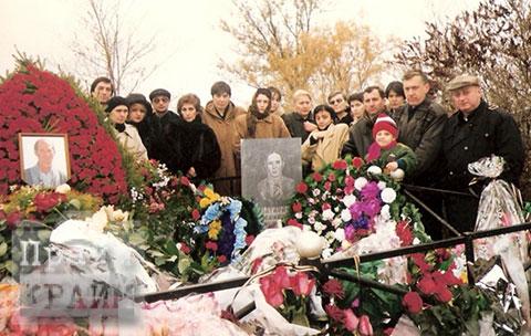 Воры в законе Отари Тоточия и Матвей Пилиди на могиле Гурама Баланова