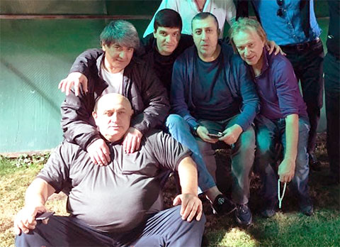 На заднем плане слева воры в законе: Эдуард Асатрян (Эдик Тбилисский), Гайк Саркисян (Айко Астраханский), Михаил Хананашвили (Ника Израильский) и Олег Шишканов (Шишкан)