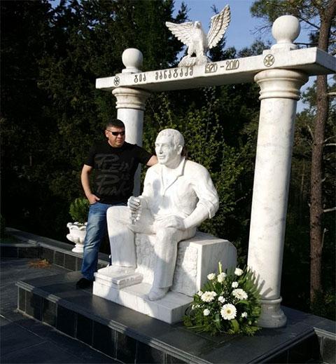 Джейхун Аскеров (Джейхун Гянджинский) на могиле вора Гии Кутаисского
