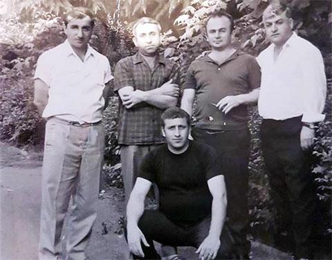 Вверху третий слева: вор в законе Азо Гоготишвили - Азо Самтредский