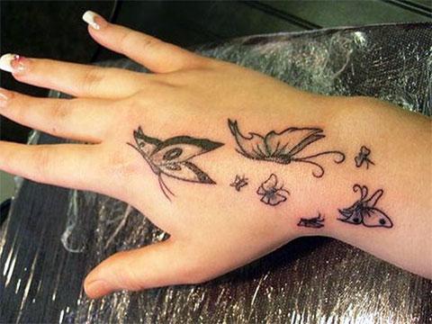 Тату с бабочками на кисти у девушки