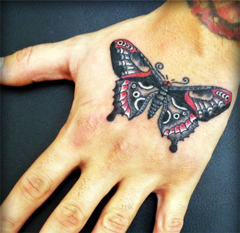 Цветная татуировка с бабочкой на руке девушки - фото