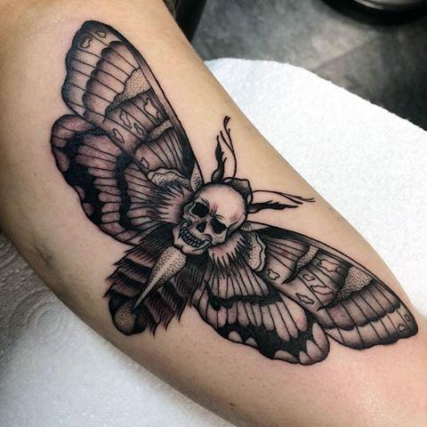 Мужская татуировка с бабочкой на руке - фото