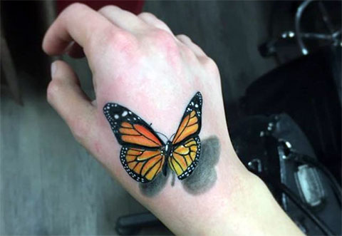 Тату с бабочкой с 3D эффектом у девушки на руке