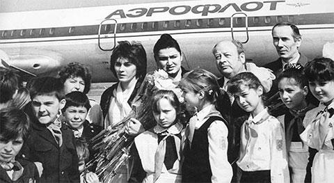 Учительница Наталья Ефимова (с цветами) и ее освобожденный класс