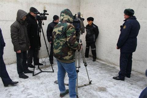 Журналисты берут интервью у узника Торбеевского централа