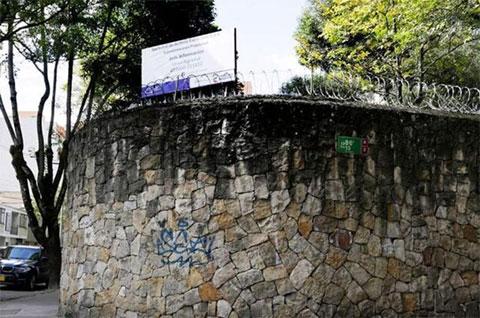Высокие каменные стены, до сих пор окружающие заброшенный особняк Хосе Гача