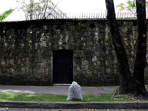 За этой стеной был особняк Хосе Гача