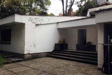 Вход в особняк Хосе Гача