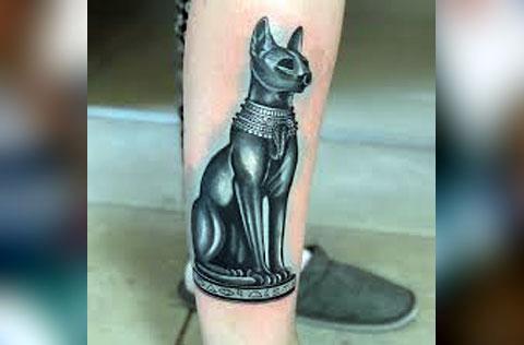 Тату египетская кошка у девушки на ноге