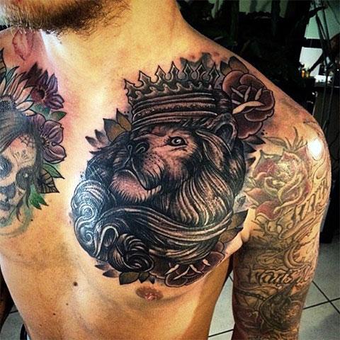 Тату лев с короной на груди