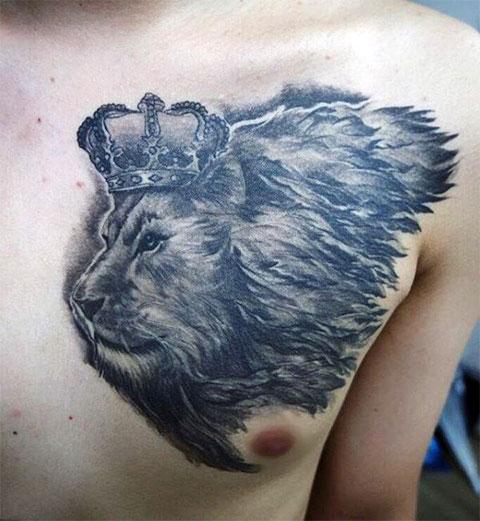 Татуировка лев с короной на груди
