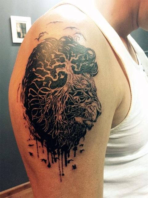 Сюжетная татуировка со львом на плече