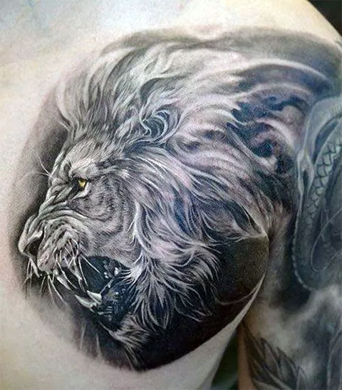 Тату лев на груди
