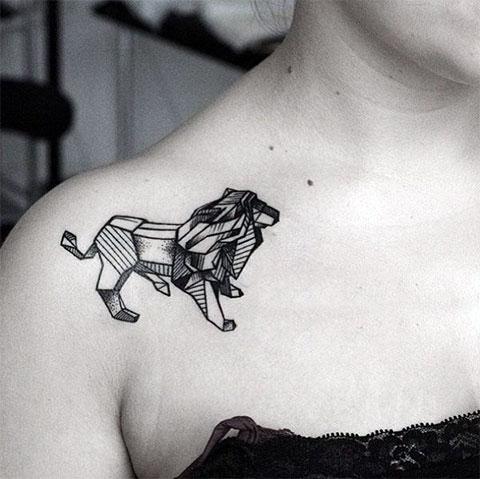 Женская тату лев на плече