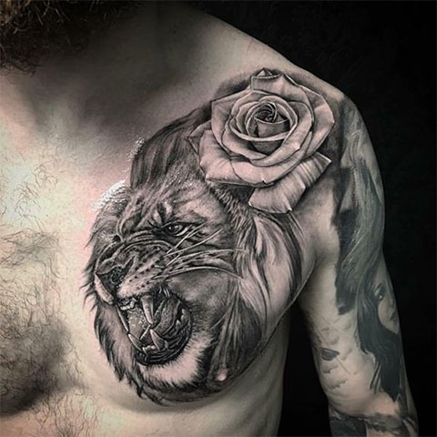Лев с розой на груди - фото татуировки