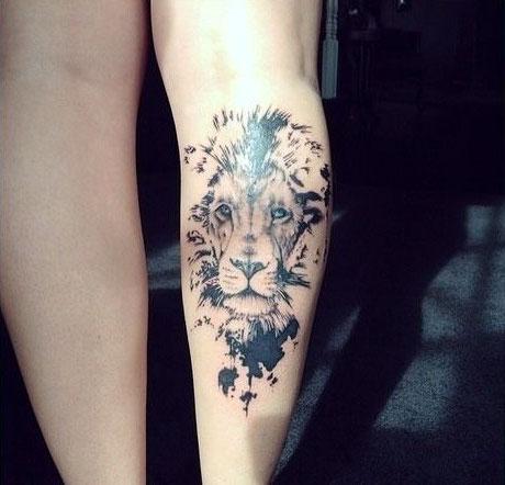 Тату со львом на ноге - женский вариант