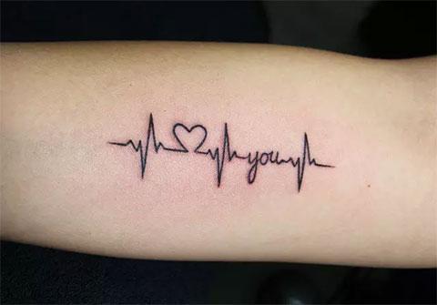 Тату пульс и сердце на руке у девушки