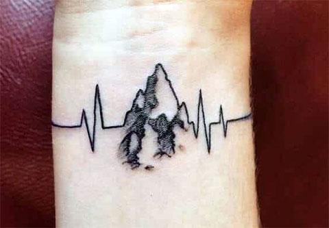 Сюжетная татуировка с пульсом на запястье