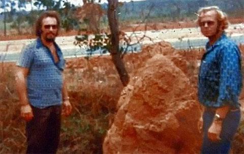 Снимок, предположительно изображающий Кларенса (слева) и Джона Энглина в Рио-де-Жанейро в 1975 году, после побега из Алькатраса