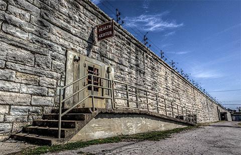 Стены тюремного учреждения