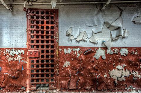Клетка с красной дверью и номером семь на замке. Именно здесь снимали эпизод сериала под названием «Страж»