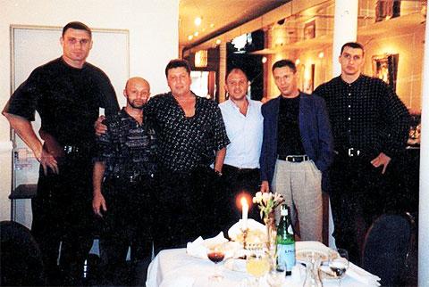 Слева: Виталий Кличко, авторитеты Виктор Рыбалко (Рыбка), Александр Музычко (Сашко Белый), Андрей Боровик. Справа: Владимир Кличко