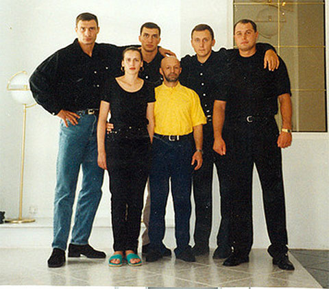 Слева: братья Кличко. В желтой рубашке криминальный авторитет Виктор Рыбалко (Рыбка)